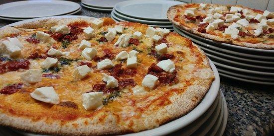 Chiuppano, Italia: Pizze con ingredienti stagionali...delicato basilico, fresca bufala e il gusto deciso dei pomodo