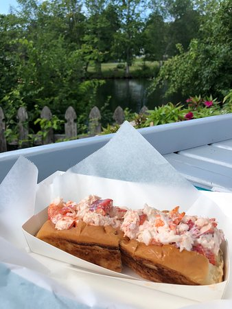 Wayne, ME: Tubby's Lobster Roll