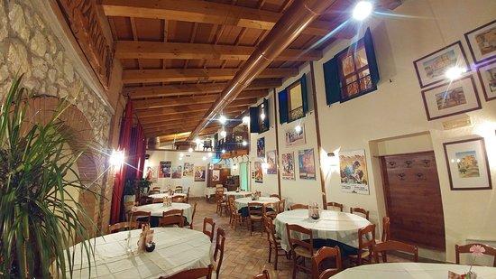 Chiuppano, Italia: Il salone climatizzato con tavoli rotondi. Ideale per una cena con amici o colleghi di lavoro