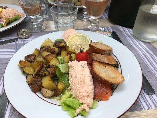 Le Pre Vert: Assiette de la mer : saumon mariné, rillettes de saumon et pommes de terre sautées chaudes