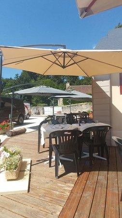 Bannay, France : terrasse sur le côté