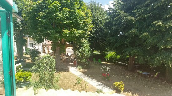 Bannay, France : dans le fond du jardin il y a d'autres tables