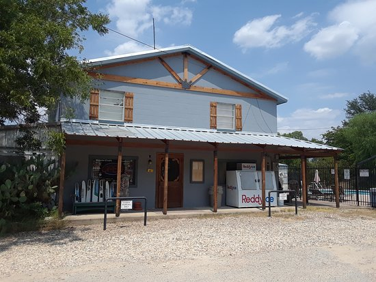 Kopperl, TX: Welcome to Indian Lodge Resort. Please check in at the office/store.