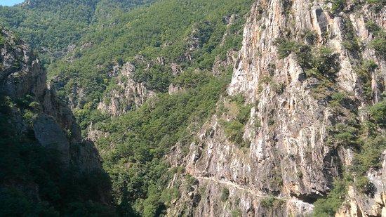 Thues-entre-Vaills, Francja: La corniche vue du chemin sur l'autre versant