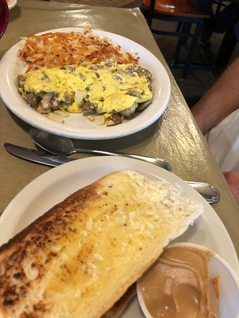 Cedarville, MI: Sausage omelet and homemade toast
