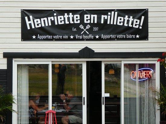 Saint-Donat-de-Montcalm, Canada: Façade du restaurant avec terrasse,vu du parking