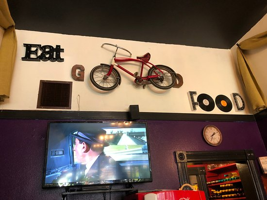 Blackboard Cafe: wall with tv
