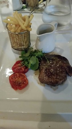Great Baddow, UK: Delicioua juicy and tender Rib-Eye steak well done with peppercorn sauce