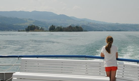 Pfaeffikon, Schweiz: Our daughter watches the island recede after a magical day