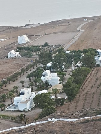 Pelagos Hotel-Oia: Photo taken from the church above the hotel. It really is an oasis and you can see the sea