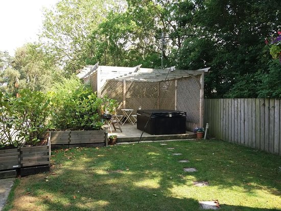 Wooler, UK: The Guard's Van garden and hot tub.