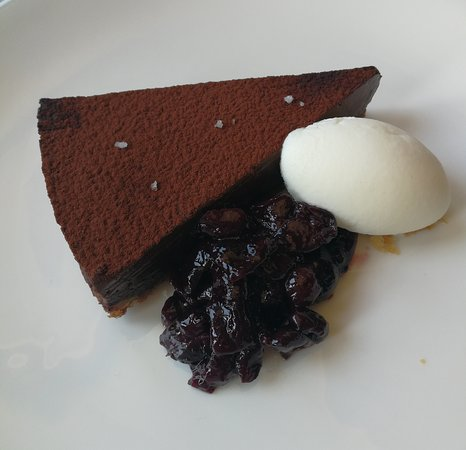 Restaurante Gunea: Chocolate tart with cherries and ice cream