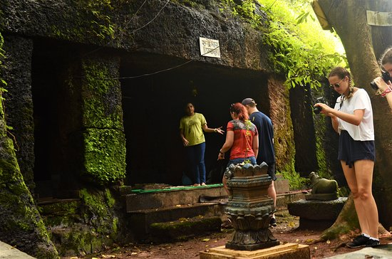 Vasco da Gama, Indien: Travelers exploring caves with Mrinmayee Thakur