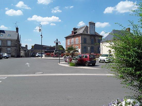Juvigny-sous-Andaine, Francia: Vue de la place