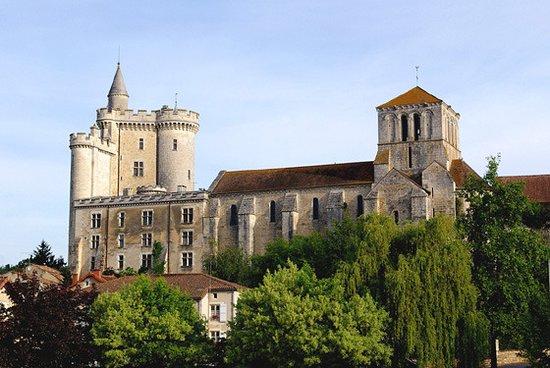 Eglise Notre Dame de l'Assomption : vue de la rue de Soubeyran de l'autre côté de la Dive, près du restaurant bar La Passerelle