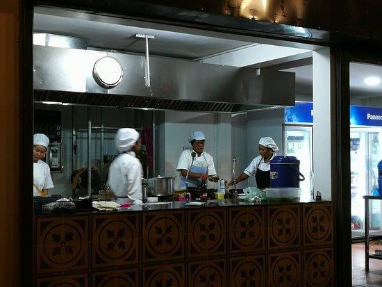 Genevieve's Restaurant: cucina a vista
