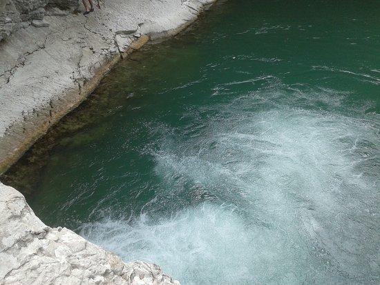 Cagli, İtalya: Fiume Burano- Le Pozze di Foci- Salto d'acqua nel laghetto sottostante (foto n.2)