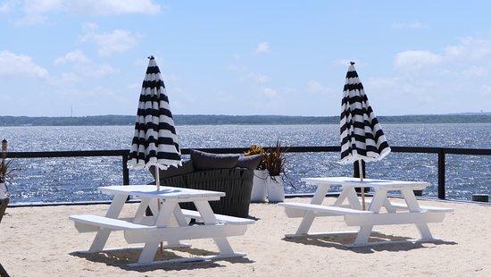 Aquebogue, Estado de Nueva York: picnic tables at the edge of the garden, past the railing is the beach