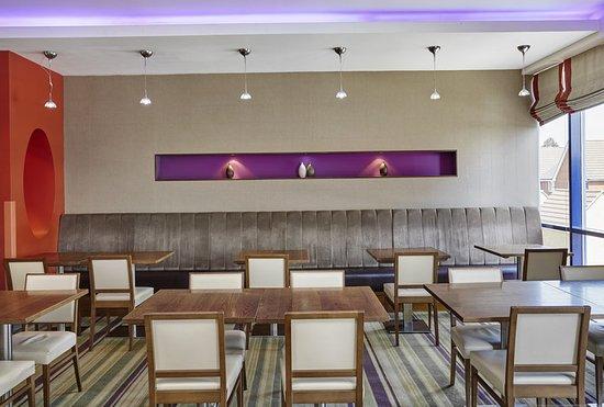 Holiday Inn Express London-Newbury Park: Restaurant