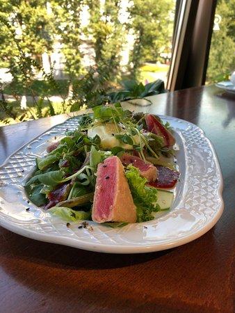 Hmel: Салат с розовым тунцом, припущенной спаржей, помидором, яйцом пашот и малиновым соусом.