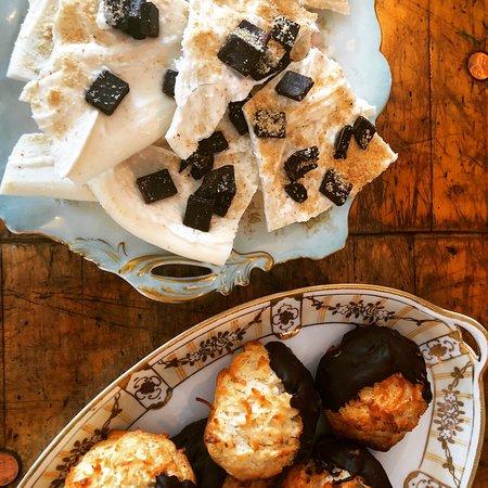 Caffe Machiatto: White Chocolate Bark with marshmallow, crushed graham cracker and chocolate chips
