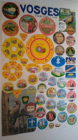 La Maison du Fromage - Vallee de Munster: un exemple de panneau étiquettes de fromages collées sur une planche
