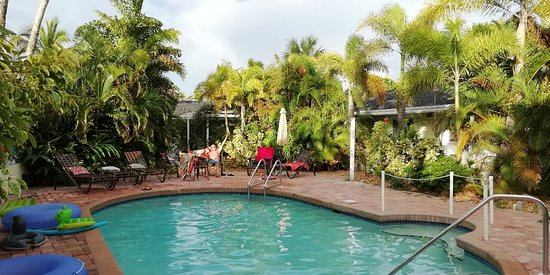 An Island Getaway at Palm Tree Villas: IMG_20180803_191939_large.jpg