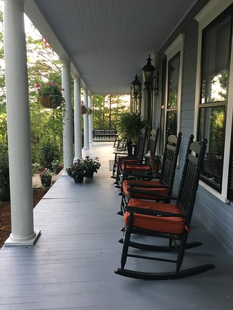 Lookout Cottages: Manor House Front Porch