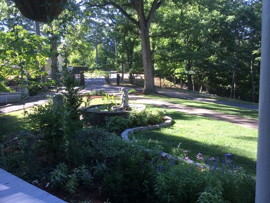 Lookout Cottages: Garden View
