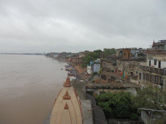 Vue sur le Gange (saison mousson, fleuve haut) depuis le restaurant en terrasse