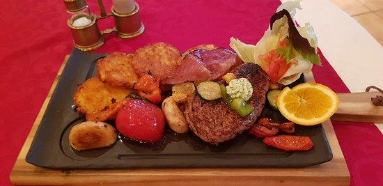 Restaurant Tyrol Cafe: Filetsteak auf der heißen Steinplatte serviert