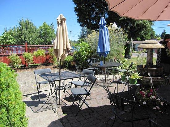 Veneta, Орегон: outside dining