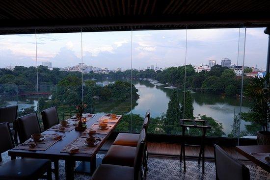 Cau Go Vietnamese Cuisine Restaurant: 店内からホアンキエム湖が一望できる