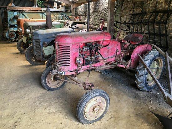 Pledeliac, France: les vieux tracteurs