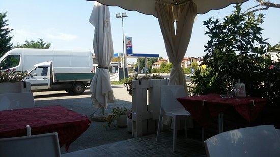 Rosolina, Italy: Tavoli all'aperto