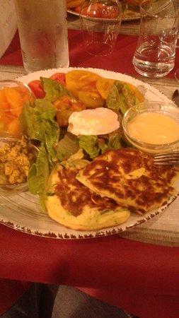 Morieres-les-Avignon, France: Salade Végé(croquettes basilic, galettes courgettes,crème au parmesan, tomates, melon un délice!