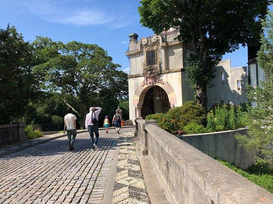 Centerport, Estado de Nueva York: La entrada al museo, caminata desde el estacionamiento a la mansión