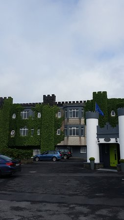 The Burren Castle Hotel: The car park at the hotel