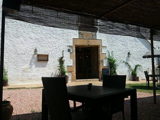 Brunyola, Spanyol: Puerta principal de entrada enfrente del patio.