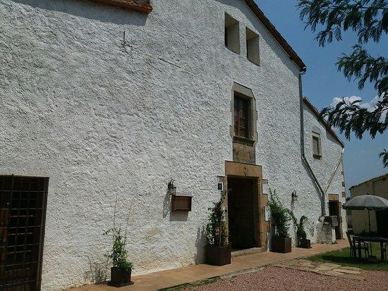 Brunyola, Spanyol: Otra vista. Edificio con solera.