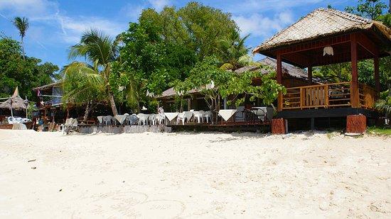 Phi Phi Villa Resort: terrasse de l'hotel et la plage de sable blanc ... magnifique !!