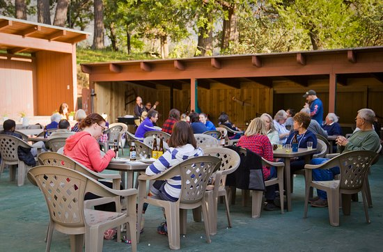 Springville, Καλιφόρνια: Every weekend we have live music on the patio, or in the bar.