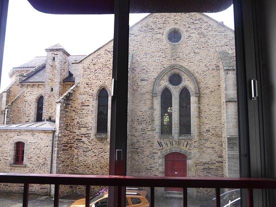 A l'Orée de la Forêt : Vis à vis avec la fameuse Eglise de la Nativité-de-la-Très-sainte-Vierge...