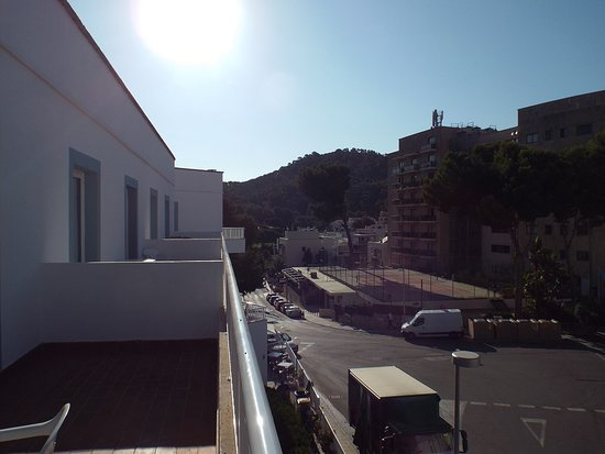 Hotel Villa Real: Large balcony and view of surrounding area