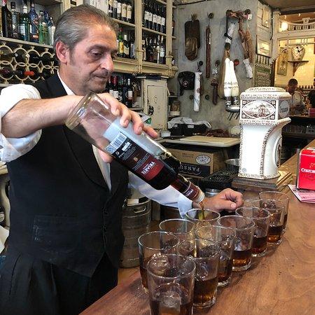 西班牙小吃,小酒馆和历史之旅照片