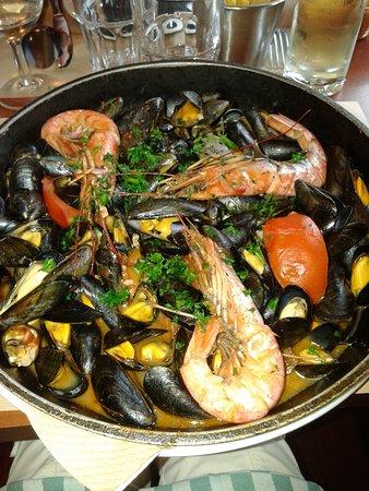 Aulnoy-lez-Valenciennes, Frankrike: Moules à la plancha servies avec des frites ou du riz