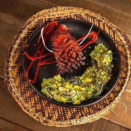 Tocino en salsa de borojo, cocona y tucupí. Acompañado de arroz cremoso de cilantro y albahaca.