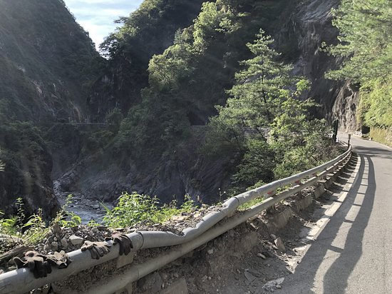 Taoyuan, เกาสง: Damage from landslides. The road often closes to traffic during and after storms and earthquakes
