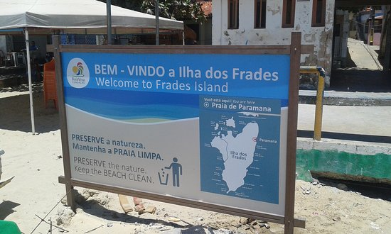 Placa informativa na entrada da praia.