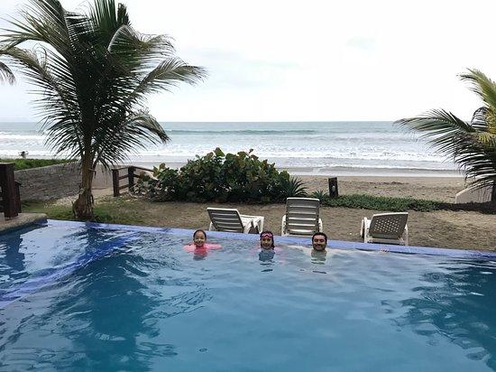 Puerto Cayo, Ecuador: Atardecer en la piscina